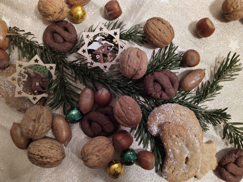 Gebäck, Tannengrün und Nüsse zum 4. Advent bei Litaffin