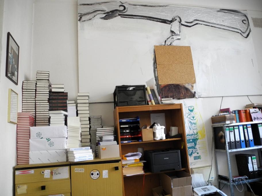 ...und noch mehr Bücher. So muss ein Verlagsbüro aussehen.