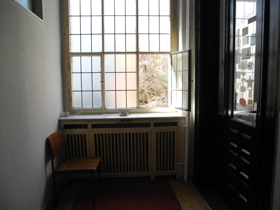 Bevor wir den Verbrecher Verlag wieder verlassen, sehen wir noch diese schöne Fensterecke...