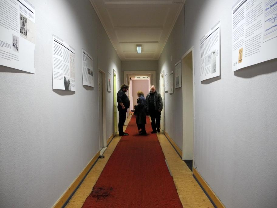 Ein langer Flur führt zum Verlagsbüro.