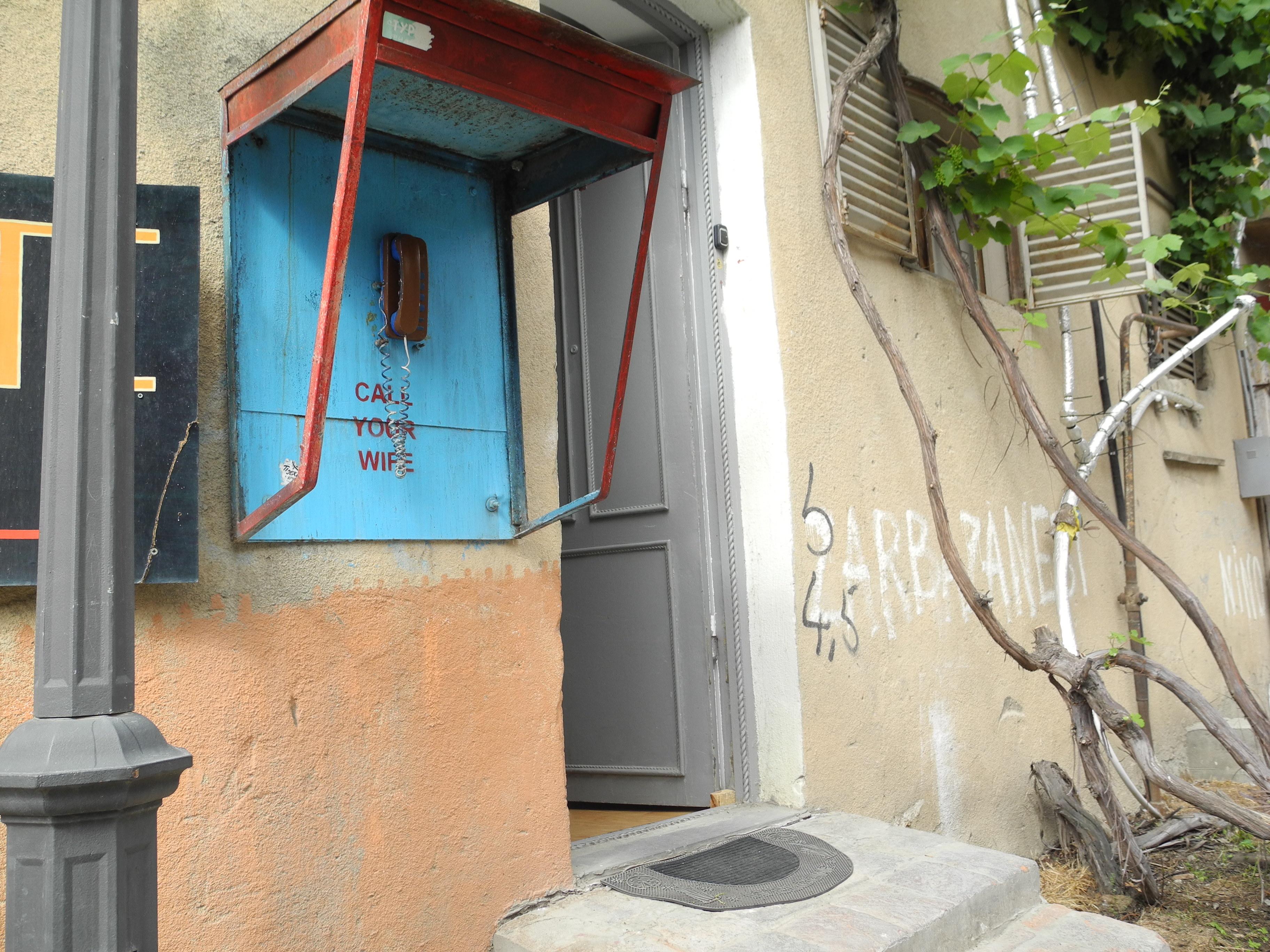 Das 'Call-Your-Wife'-Telefon des Namaste Hostels in der Betlemi Straße, Tbilisi (Georgien) © Angie Martiens