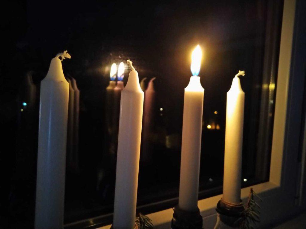 Eine Kerzen von vieren brennt zum 1. Sdvent: Buchempfehlung