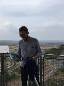 Der Autor Lukas Rietzschel mit seinem Buch in der Hand.