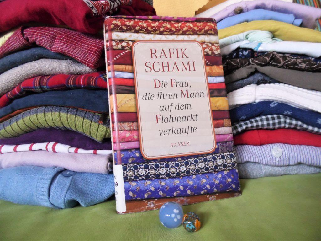 Buch vor Flohmarktkleidung